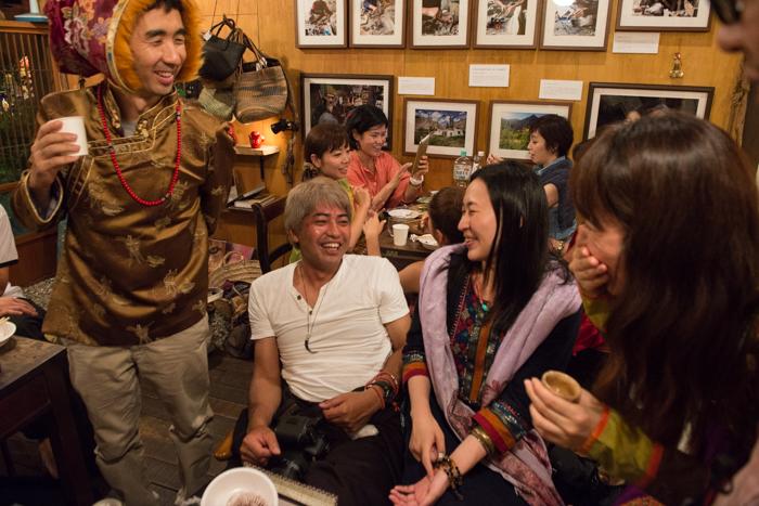 交差する民族衣装と宴