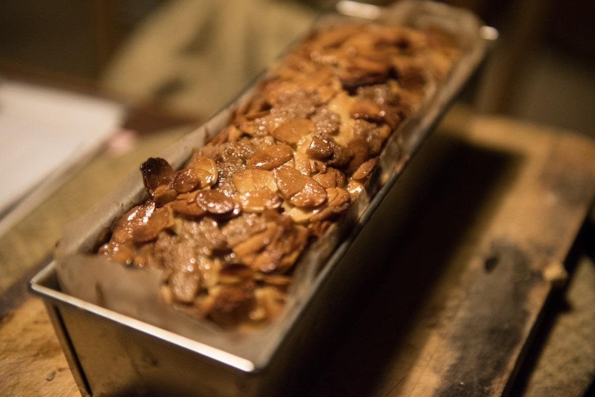 スタッフブログ ごぼうとミソのキャラメルケーキ焼きました。